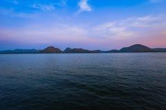 Cloudscape, aube, horizon, lac, réflexion images libres de droits