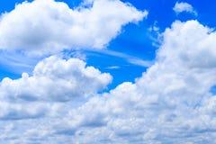 Cloudscape av bakgrund och vit för blå himmel för sommar fördunklar i sol Royaltyfri Foto