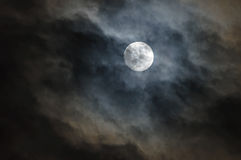 Cloudscape av natthimmel med månen Arkivbild
