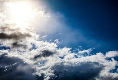 Cloudscape avec une lumière du soleil Image libre de droits