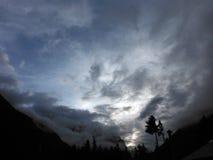 Cloudscape avec une silhouette des montagnes de l'Himalaya Photos stock