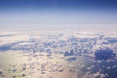 Cloudscape. Blå himmel och vitmoln. Arkivfoton