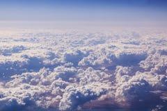 Cloudscape. Blå himmel och vitmoln. Royaltyfri Foto