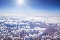 Cloudscape. Blå himmel och vitmoln. Arkivfoto