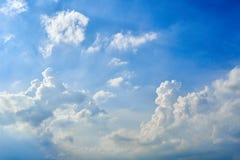 Cloudscape blauwe hemel met wolkenachtergrond in Zonnige dag Royalty-vrije Stock Foto