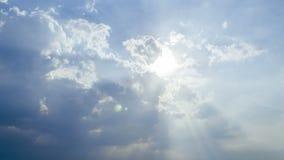 Cloudscape bonito com as grandes, nuvens construindo e o nascer do sol que quebram atrav?s da massa da nuvem vídeos de arquivo