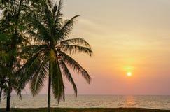 Cloudscape bonito sobre o mar, por do sol Por do sol sobre o oceano foto de stock
