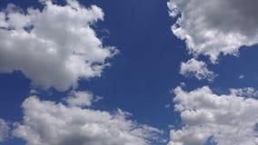 Cloudscape bonito, Timelapse 4K Nuvens brancas de surpresa no céu azul na luz solar vídeos de arquivo