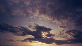 Cloudscape caldo nel timelapse Nuvole porpora scure che galleggiano in un caldo ed in una luce morbida nel tramonto Effetto caldo archivi video