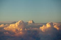 Cloudscape colorido do céu e do por do sol das nuvens na escala Himalaia Foto de Stock