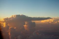 Cloudscape colorido do céu e do por do sol das nuvens na escala Himalaia Fotos de Stock Royalty Free