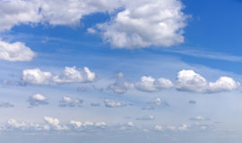 Cloudscape com algumas nuvens cénicos maravilhosas Imagens de Stock