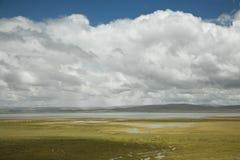 Cloudscape com um rio imagem de stock royalty free