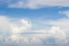 Cloudscape con el cielo azul Fotos de archivo libres de regalías