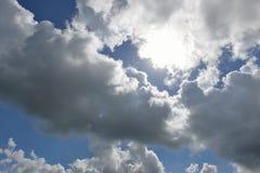 Cloudscape con el sol irradia la radiación de detrás Imagen de archivo libre de regalías