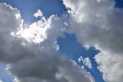 Cloudscape con el sol irradia la radiación de detrás Fotografía de archivo libre de regalías