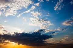 Cloudscape con el sol irradia la radiación de detrás la nube Imagen de archivo