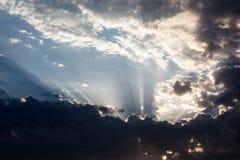 Cloudscape con el sol irradia la radiación de detrás la nube Imágenes de archivo libres de regalías