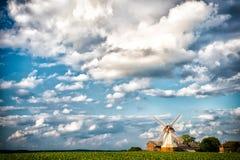 Cloudscape con il mulino a vento e l'azienda agricola, coltivanti Case del cottage e del mulino sul campo verde, agricoltura Paes Fotografia Stock Libera da Diritti