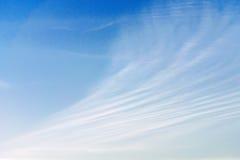 Cloudscape con le belle linee della nuvola contro cielo blu Fotografia Stock