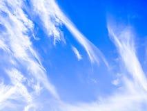 Cloudscape con le nuvole lanuginose bianche su cielo blu Immagini Stock Libere da Diritti
