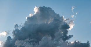 Cloudscape con Sun que hace excursionismo la nube de tormenta fotografía de archivo