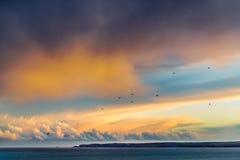 Cloudscape consideravelmente dourado e azul no crepúsculo em Ramsgate, Thanet, Kent, Reino Unido que olha através da baía do sand imagem de stock