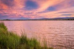 Cloudscape cor-de-rosa do por do sol sobre o lago Fotos de Stock Royalty Free