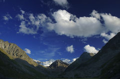 Cloudscape da montanha na noite. Fotos de Stock Royalty Free