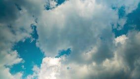 Cloudscape, das in die Sommerhimmel-Zeitspanne sich bewegt stock video