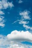 Cloudscape de brillante imagen de archivo