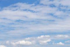 Cloudscape de fond avec le cumulus et les nuages de cirrostratus photo libre de droits