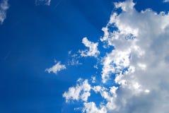 Cloudscape de incandescência com sunbeams Fotos de Stock