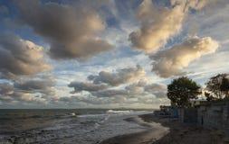 Cloudscape de la tarde en el Mar Negro, Nessebar, Bulgaria Fotos de archivo