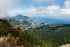 Cloudscape de Timelapse da cidade de Yalta nas montanhas crimeanas de Ai-Petri Fluir nubla-se acima do mar e da cidade azuis crim filme