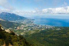 Cloudscape de Timelapse de la ciudad de Yalta en las montañas crimeas de Ai-Petri El fluir se nubla sobre el mar y la ciudad azul metrajes