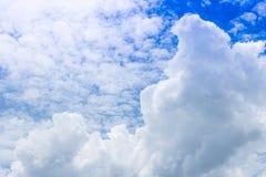 Cloudscape del fondo del cielo blu di estate e delle nuvole bianche in sole Fotografie Stock