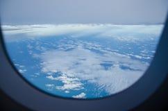 Cloudscape des Fensters am Flugwesenflugzeug stockfotografie