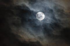 Cloudscape des nächtlichen Himmels mit Mond Stockfotografie