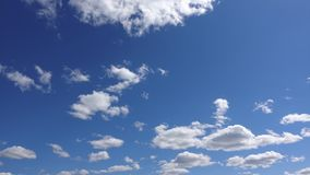 Cloudscape di cielo blu, 4k al rallentatore Atmosfera di facilità e di libertà archivi video