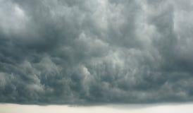 Cloudscape dramático - céu nebuloso escuro que forma a precipitação tropical fotografia de stock