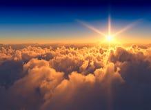 Cloudscape dramático de la mucha altitud durante la puesta del sol 3d que rinde el fondo stock de ilustración