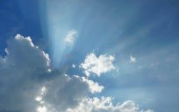 Cloudscape dramático - os raios do sol iluminam-se através do céu nebuloso imagem de stock