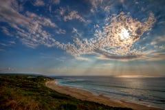 Cloudscape dramático sobre la playa abandonada imagenes de archivo