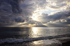 Cloudscape dramático sobre o mar Imagens de Stock Royalty Free