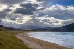 Cloudscape dramatique au-dessus de baie de Waikawau, Coromandel, Nouvelle-Zélande image libre de droits