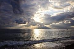 Cloudscape drammatico sopra il mare Immagini Stock Libere da Diritti