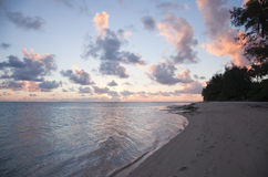 Cloudscape drammatico sopra il mare e l'isola tropicale Immagine Stock