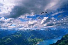 Cloudscape drammatico sopra le montagne Fotografie Stock