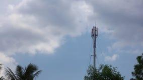 Cloudscape e copas de árvore do mastro da torre de comunicação da rede filme